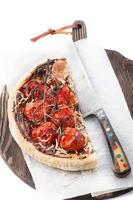 Pizza Schinken, Kirschtomaten, Parmesan foto