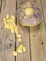 ganze und gewürfelte schwedische Wurzel vegatable foto