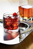 kaltes Getränk auf Silbertablett foto