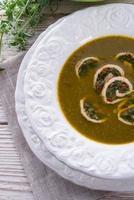 Kohlsuppe mit Fleischröllchen foto