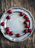 Süßkirsche auf Vintage Teller. foto