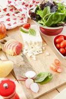 Salat mit frischen Zutaten zubereiten foto