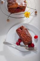 Schokoladenkuchen mit Preiselbeeren foto