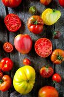 verschiedene Tomaten auf Holzoberfläche foto