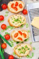 Bruschetta mit Kirschtomaten und Frühlingszwiebeln foto