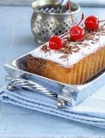 Pfundkuchen mit Puderzucker und Beeren