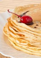 Pfannkuchen mit Schokolade und Kirschen foto