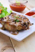 Gegrillte Steaks, Schweinefleisch mit Pfeffersoße und Gemüsesalat foto