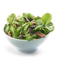 frischer Tatsoi-Salat mit Pekanüssen und Pflaumen foto