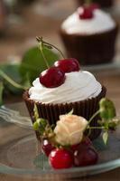 Cupcake mit Kirschen foto