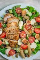 Caesar Salat mit frischem Gemüse und Hühnchen