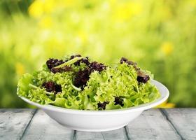 Salat. Set mit verschiedenen Salaten auf weißem Hintergrund foto