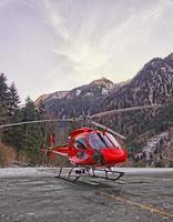 roter Hubschrauber im Hubschrauberlandeplatz der Schweizer Alpen 2 foto