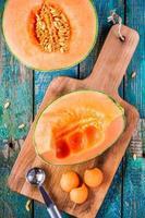 Vorbereitung Melonenkugeln auf einem Holzschneidebrett