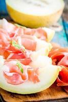 Melone mit dünnen Schinkenscheiben