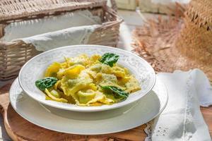 hausgemachte Ravioli mit Parmesan foto