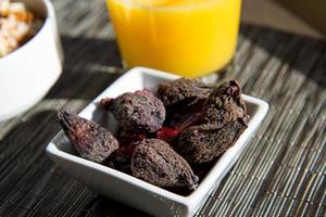 getrocknete Feigen, Haferflocken und Orangensaft Frühstück Einstellung foto