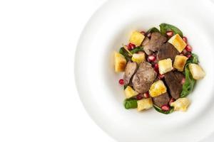 Salat mit Hühnerleber im weißen Hintergrund Draufsicht foto