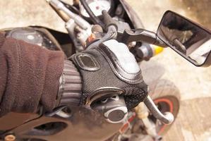 Bikerhand ruht auf dem Lenkradmotorrad foto
