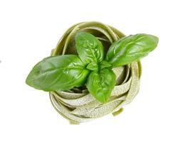 italienische Pasta Tagliatelle mit Basilikum auf weiß isoliert foto