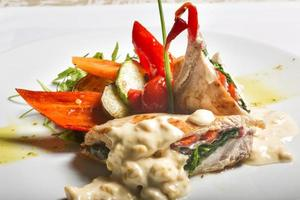 Hähnchenbrust mit Gemüse-Bechamelsauce foto