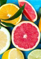 Zitrusfruchtmischung auf blauer Holzoberfläche foto