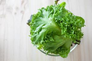 frischer Gemüsesalat mit grüner Eiche wird vor dem Kochen zubereitet. foto