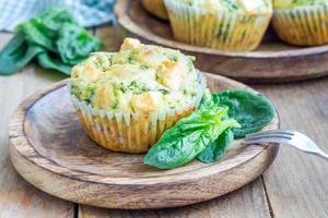 frisch gebackene Snack-Muffins mit Spinat und Feta-Käse foto