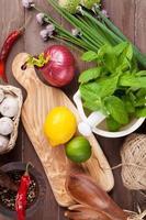 frische Kräuter und Gewürze auf Gartentisch