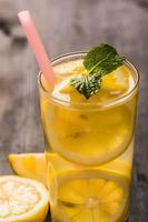 Limonade mit frischer Zitrone und Minze
