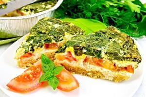 Kuchen keltisch mit Spinat in Teller an Bord foto
