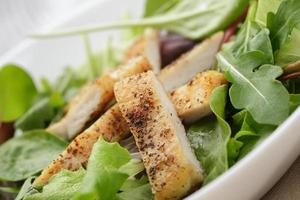 Brathähnchen mit Mix-Salat foto