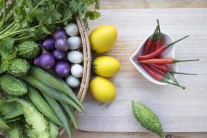 thailändische Küche: frisches Gemüse / Kräuter und Zutaten auf Holzhintergrund.