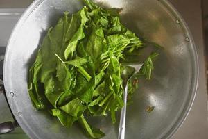 japanischen Spinat kochen foto