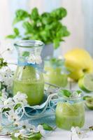 gesunder Bio-Smoothie aus grünen Früchten foto