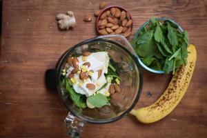 Zutaten für einen Smoothie auf einem Tisch in einem Mixer foto