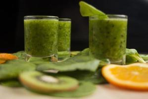 frischer grüner Smoothie mit Spinat und Kiwi foto