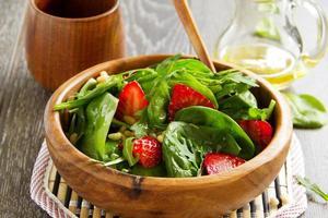 leichter Salat mit Spinat und Erdbeeren. foto
