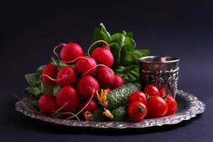 frisches Gemüse und Gemüse (Gurke, Radieschen, Tomate, Salat, Spinat) foto
