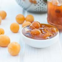 hausgemachte Marmelade der gelben Pflaume auf einer weißen Tafel foto