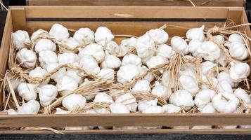 Knoblauchknollen auf dem Markt foto