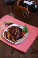 Fleisch mit Birnen und getrockneten Früchten foto