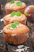 Muffins mit Pflaumen und Mandelblättern foto