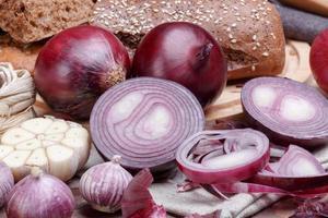 Zwiebel, Brot und Knoblauch foto