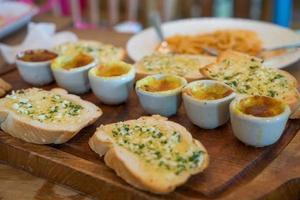 Knoblauchbrot mit gebackener Muschel in Käse foto
