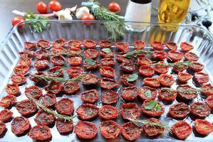 sonnengetrocknete Kirschtomaten mit Gewürzen und Olivenöl foto