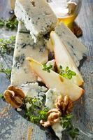 Blauschimmelkäse mit frischer Birne, Walnüssen und Honig foto