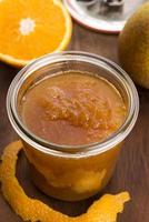Glas Birnenmarmelade mit Orange foto