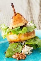 Birnensalat mit grünen Blättern, Blauschimmelkäse und Walnüssen foto