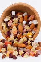 getrocknete Früchte und Nüsse in einer Bambusschale foto